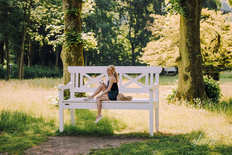 Luxuriöser Kurzurlaub im Relax- und Wellness Hotel Gräflicher Park Bad Driburg - übergroße Bank im Park