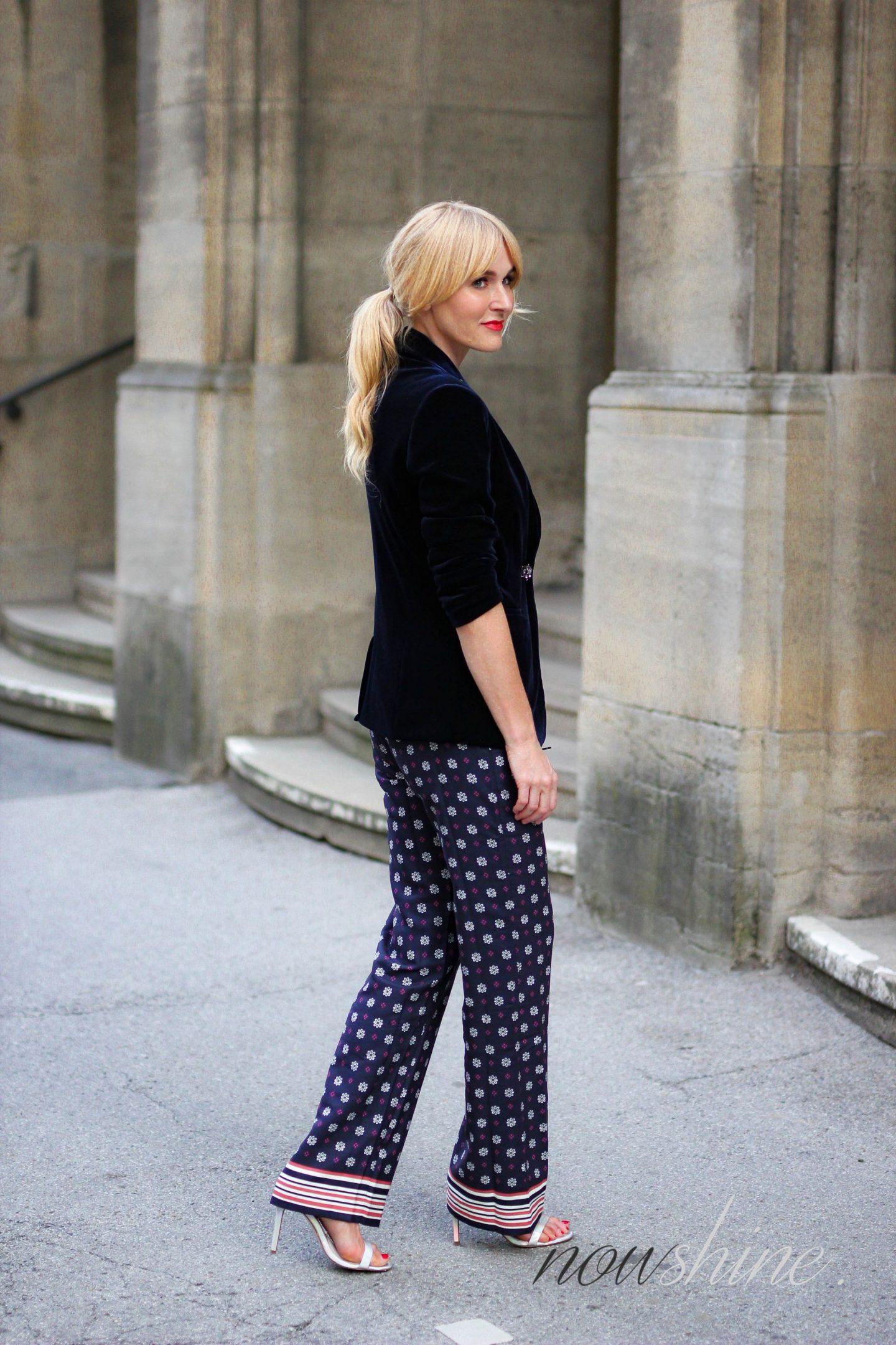 Nowshine trägt saphirfarbenen Samtblazer zur Hose im Pyjama-Look - Total Look von WENZ