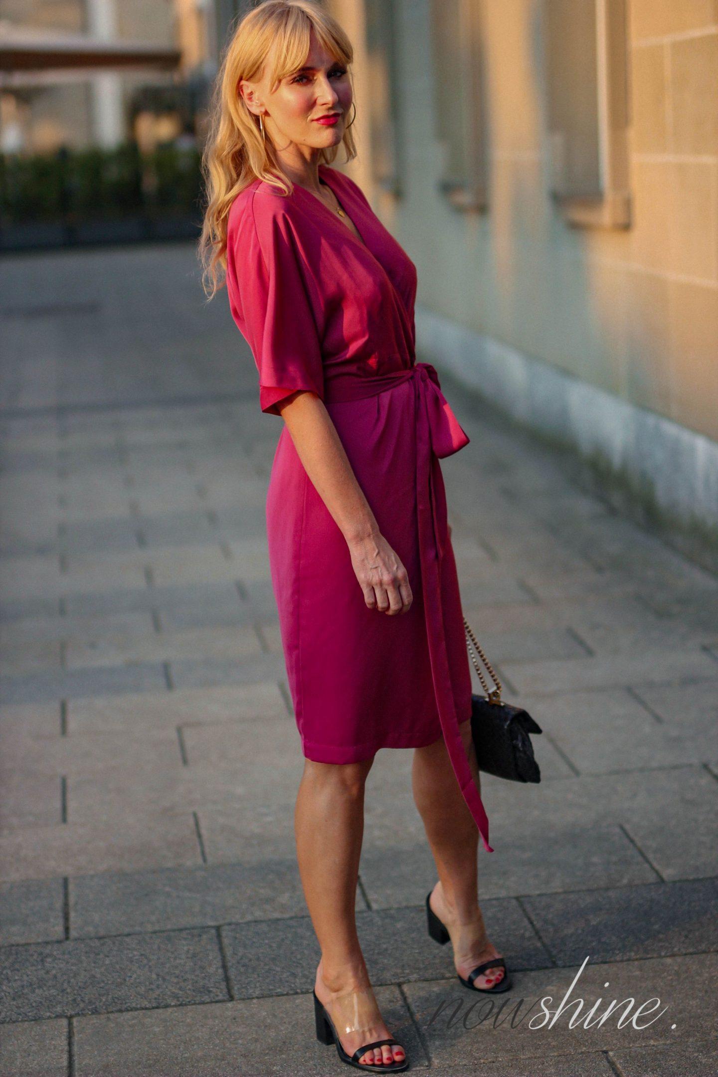 Nowshine trägt ein Wickelkleid von Edited in Pink
