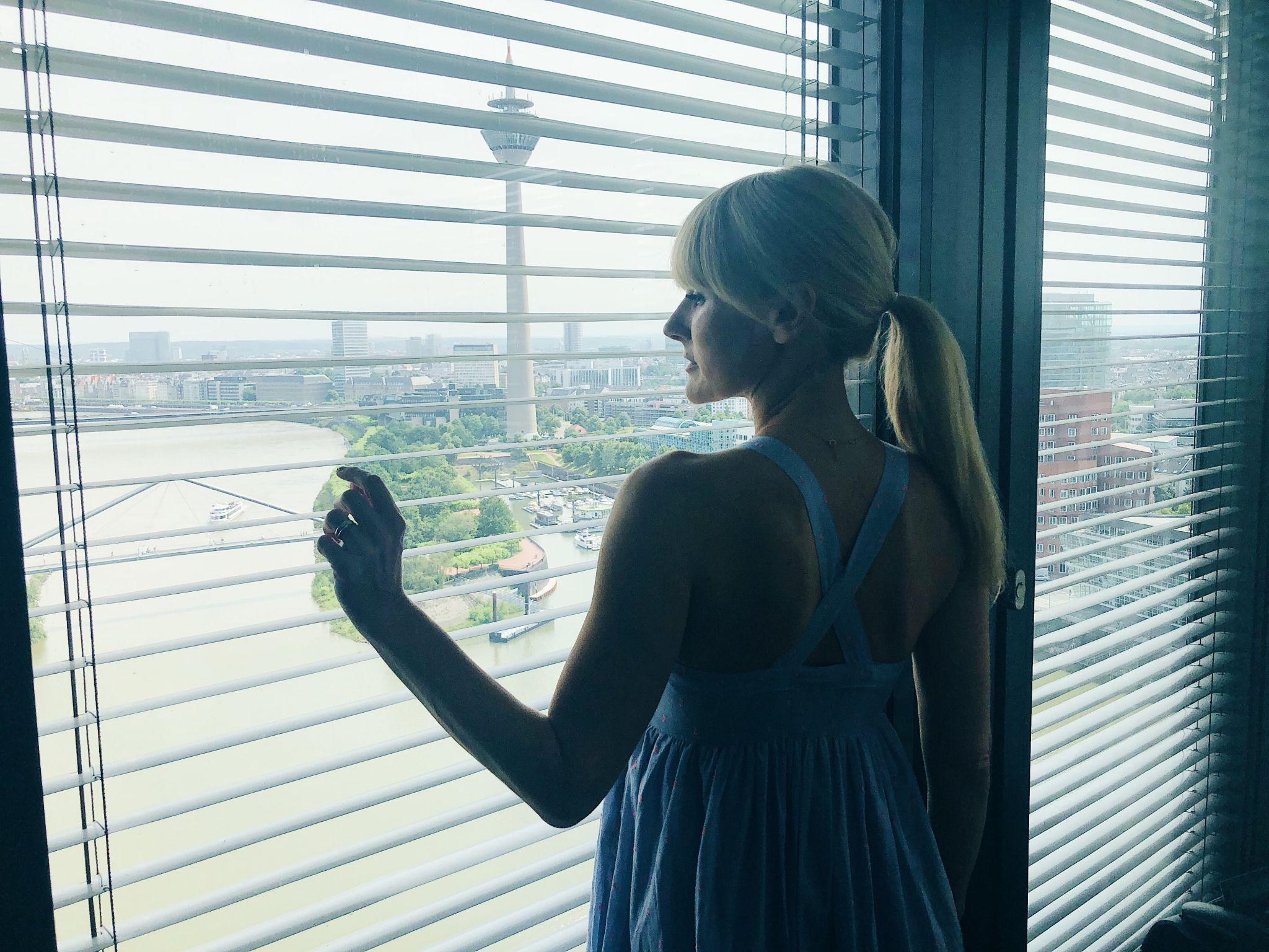 Aussicht aus dem Eckzimmer im 18 Stock des Hyatt Regency Düsseldorf - Nowshine ü40 Reiseblog NRW
