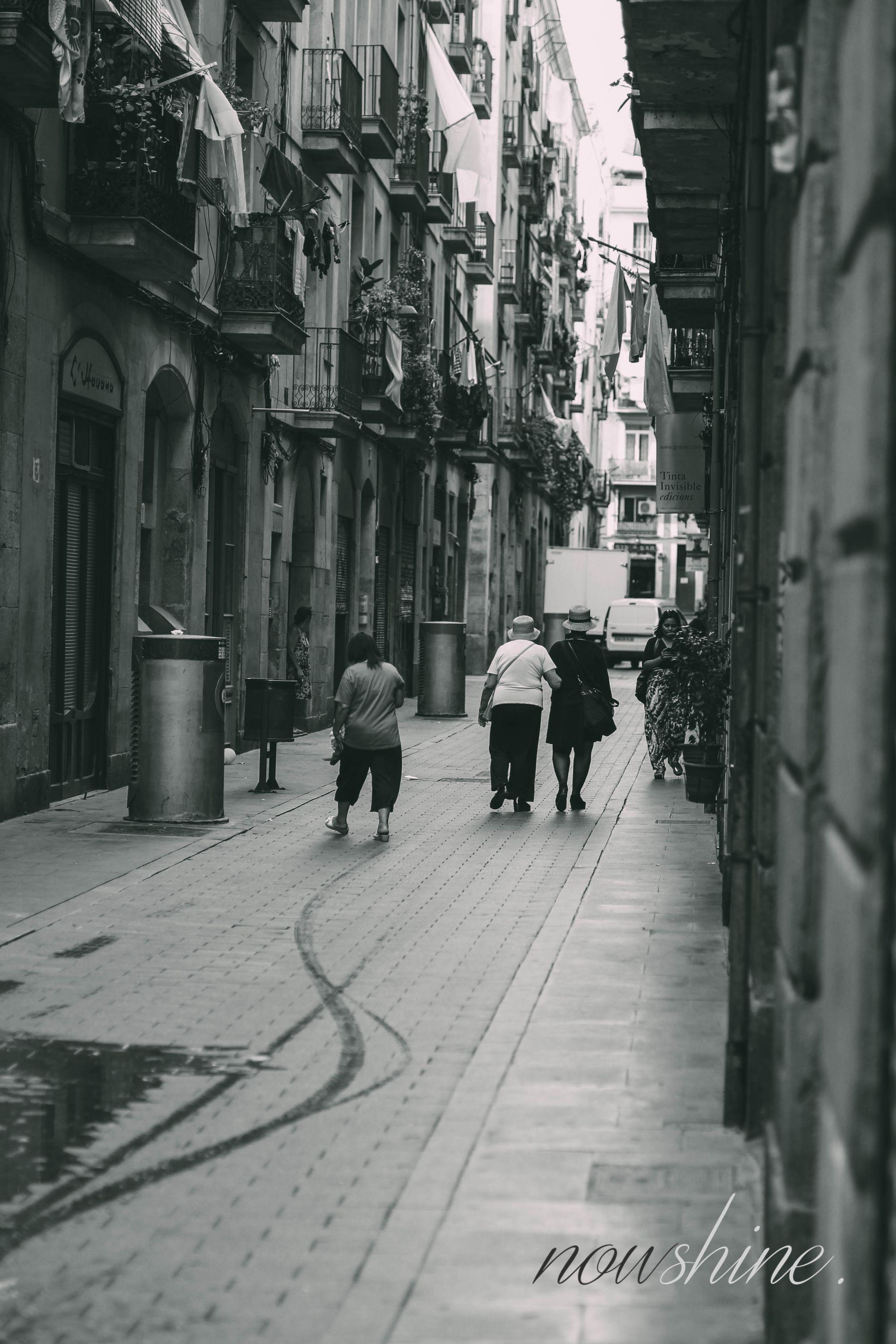 Kurztrip nach Barcelona - Nowshine Reisetipps - Menschen in der Altstadt