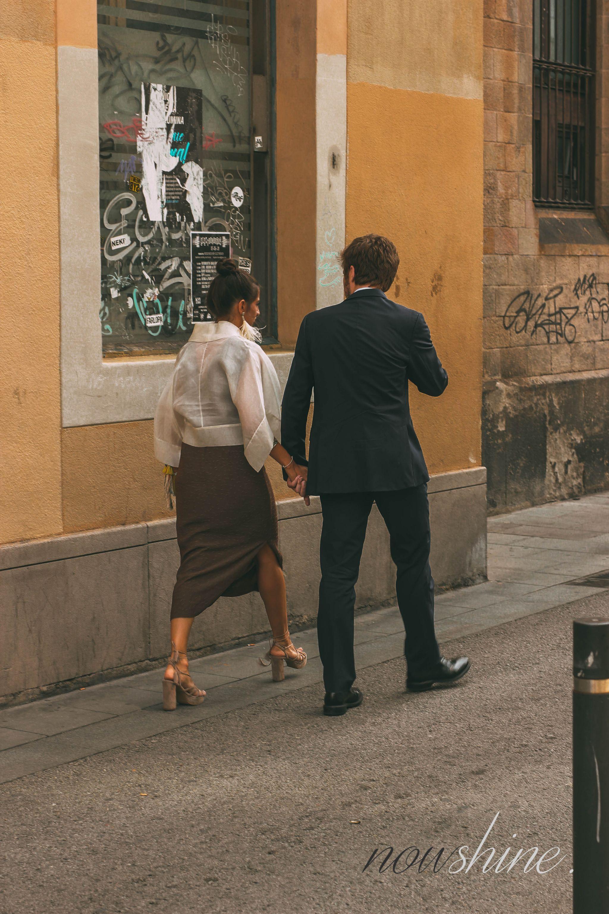 Kurztrip nach Barcelona - Nowshine Reisetipps - Spanisches Pärchen auf der Straße