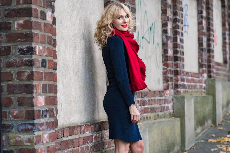 Ouftit Weihnachtsfeier-Dresscode_festlich-Firmenparty-Büro-Strockkleid-Roter-Schal