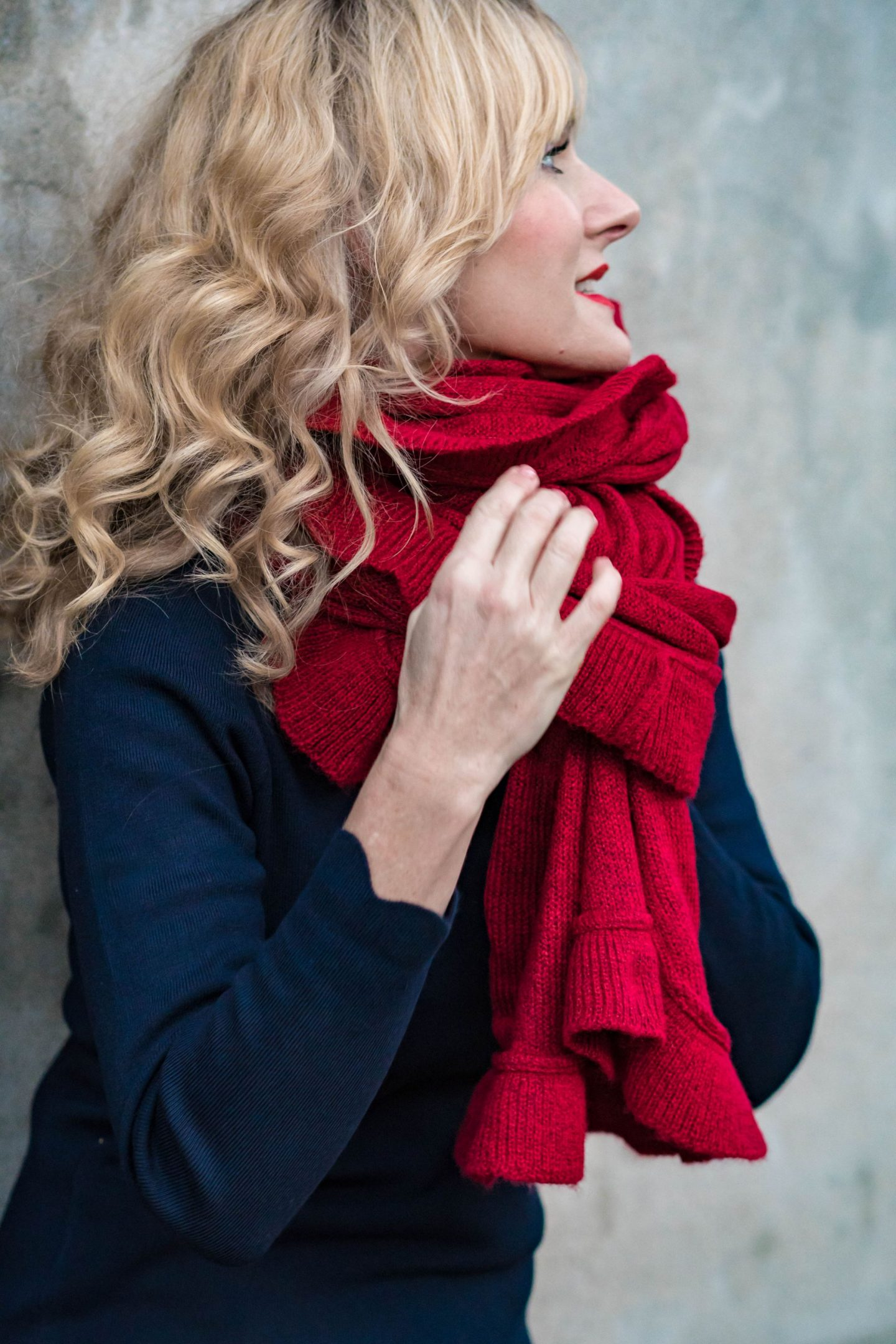 Ouftit_Weihnachtsfeier-Dresscode_festlich-Firmenparty-Büro-roter Schal