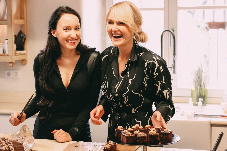 Nowshine und Vanessa Pur backen im Lösch für Freunde einen Lebkuchen nach Omas-Rezept weihnachtslicher Brownie-Weihnachtsbäckerei-Grossmutters Rezept