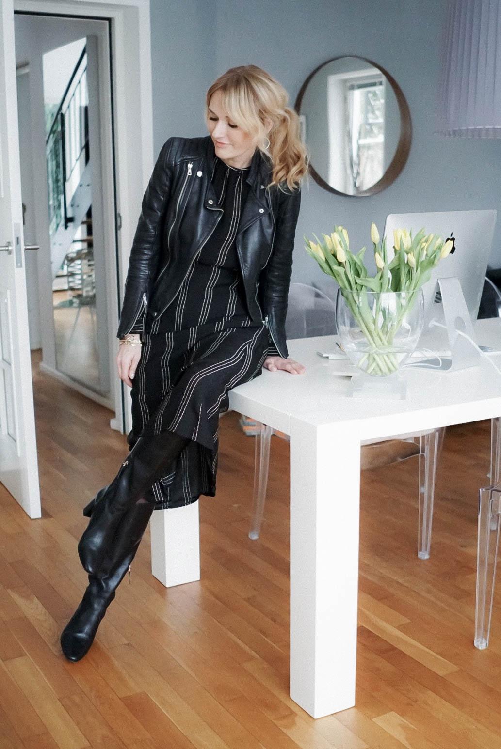 Midikleid im Winter zu Stiefeln und Lederjacke-Kleid von H&M-Nowshine Fashion über 40