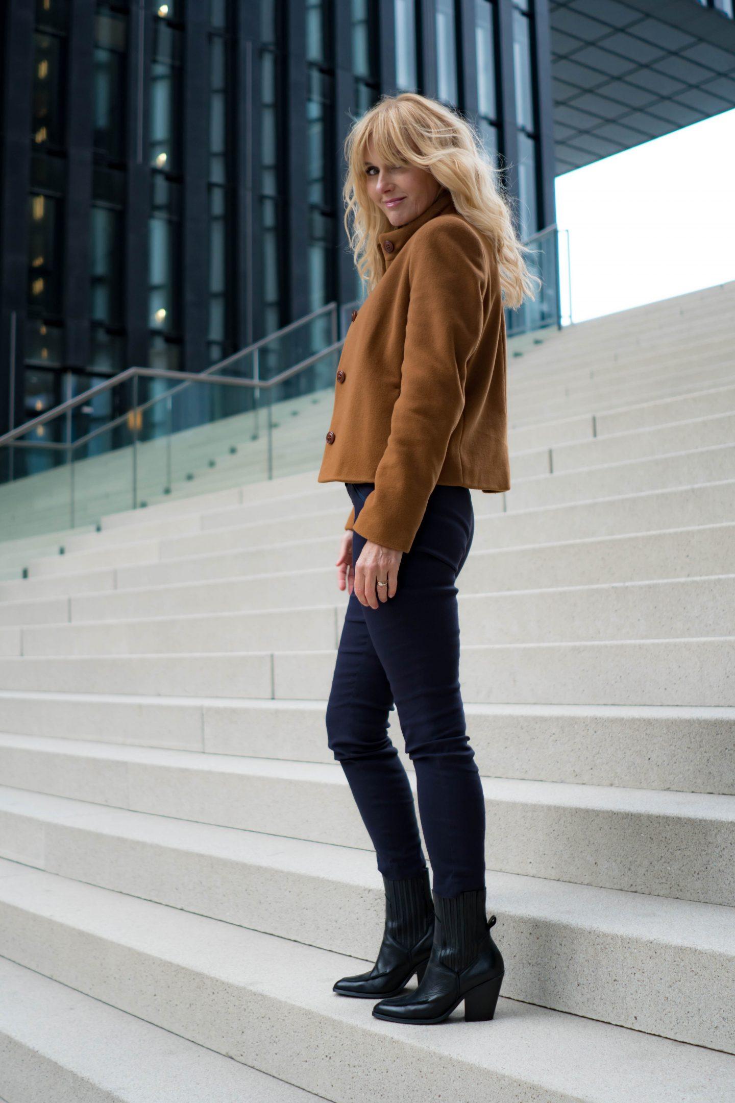 Jacke von Uta Raasch - Bequeme Schlupfhose - Nowshine Modeblog ü40 - Bequemer und modischer Herbstlook 2019 in Marine und Cognac - Cowboystiefel