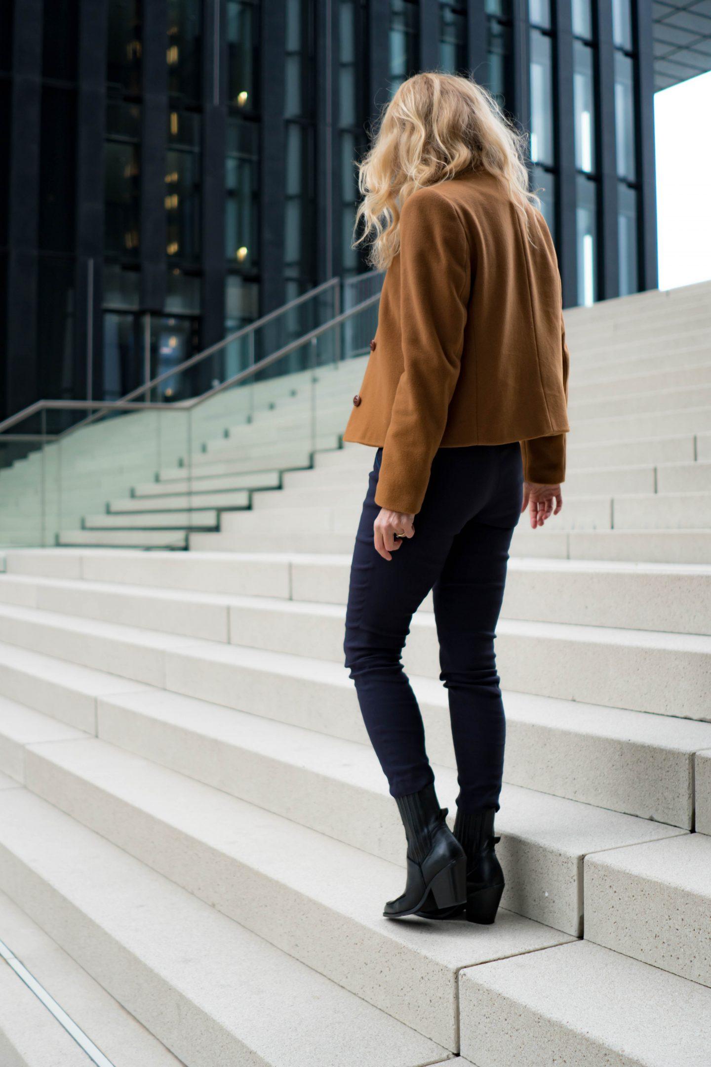 Jacke von Uta Raasch - Schlupfhose von Peter Hahn - Nowshine Modeblog ü40 - Herbstlook 2019 in Marine und Cognac - Cowboystiefel