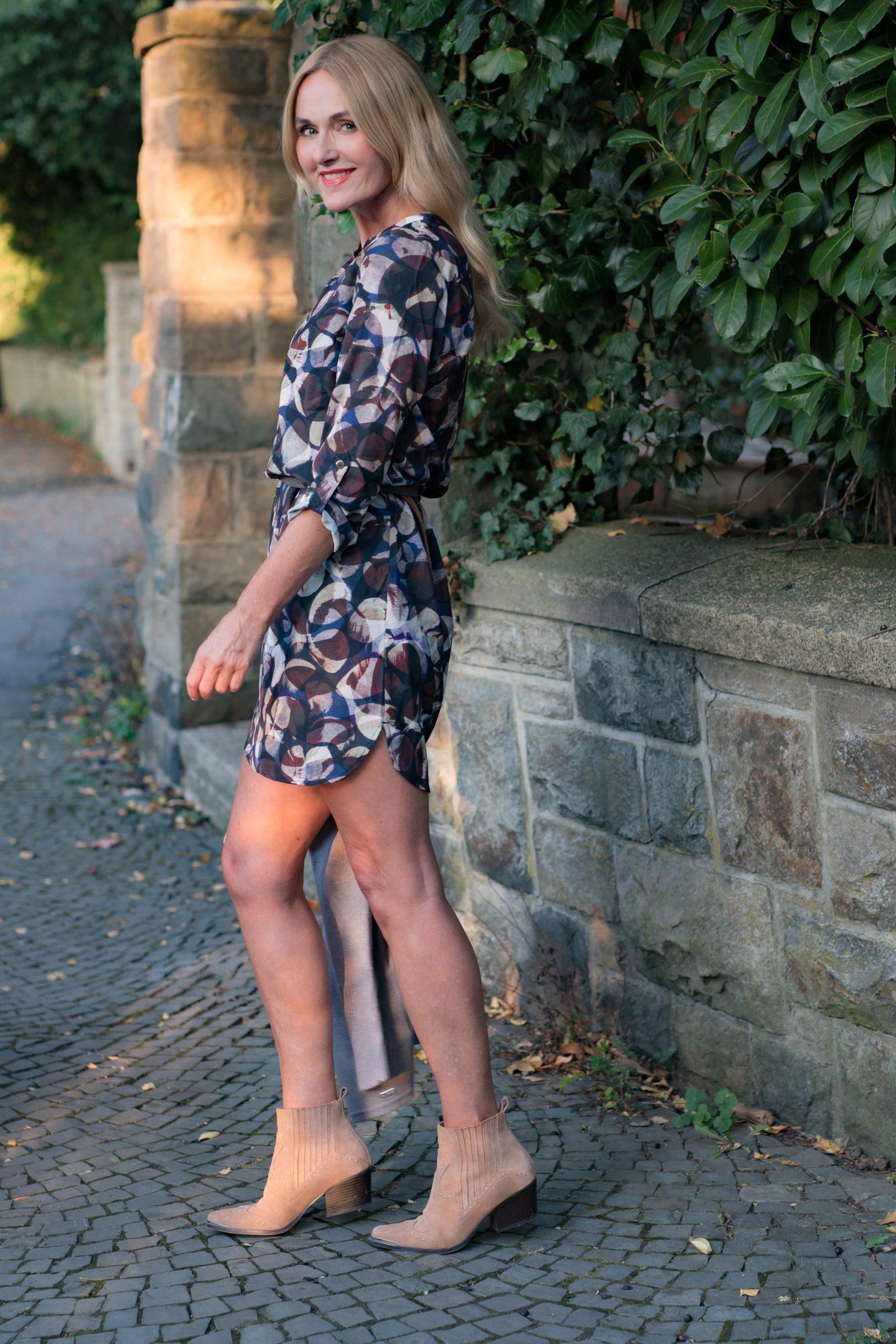 Nowshine im Herbstkleid mit grafischem Muster