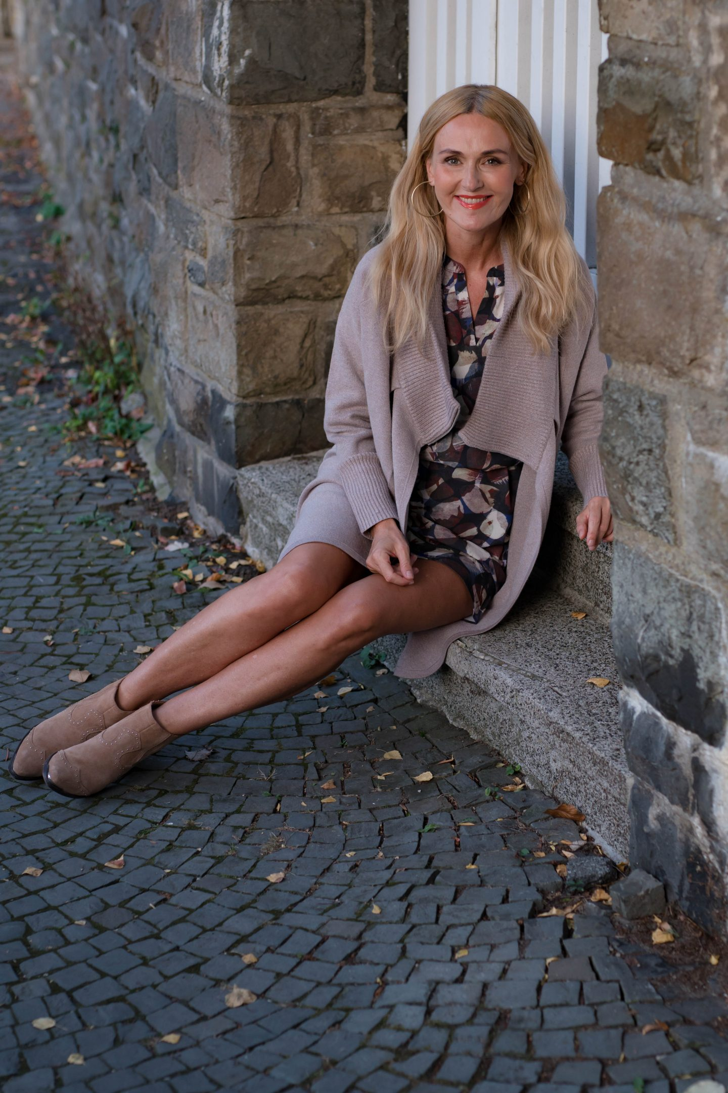 Herbstoutfit, Kleid und Strickjacke von Amy Vermont, WENZ