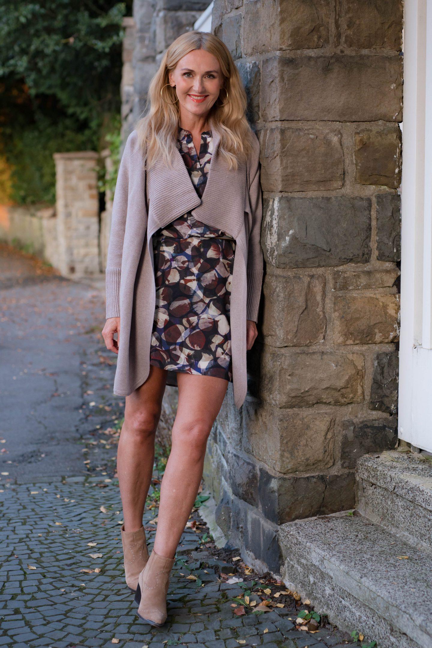 Nowshine im Kleid von Amy Vermont und Strickjacke von WENZ