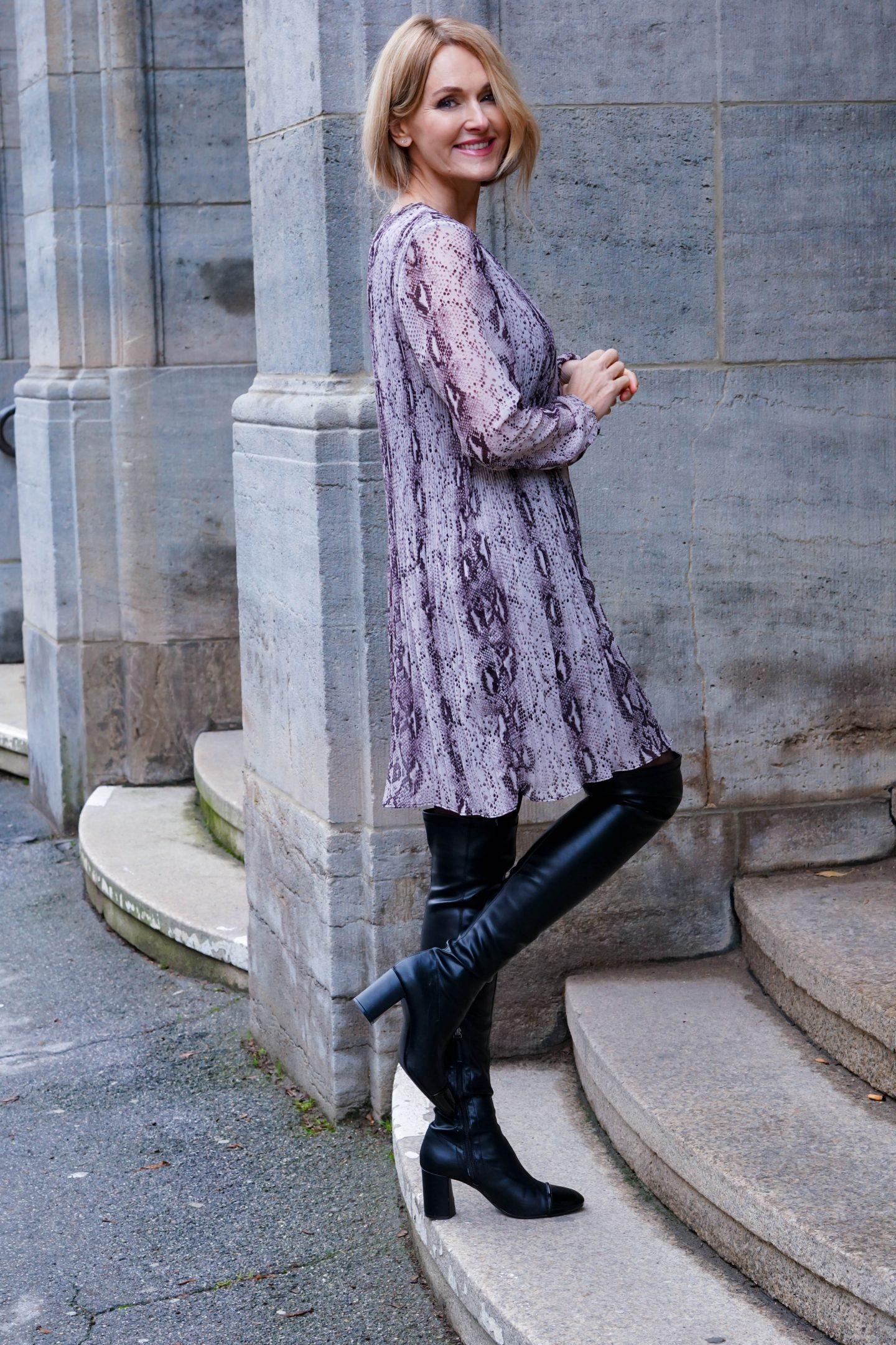 Nowshine in Kleid mit Schlangenmuster von WENZ-ü40-Modeblog