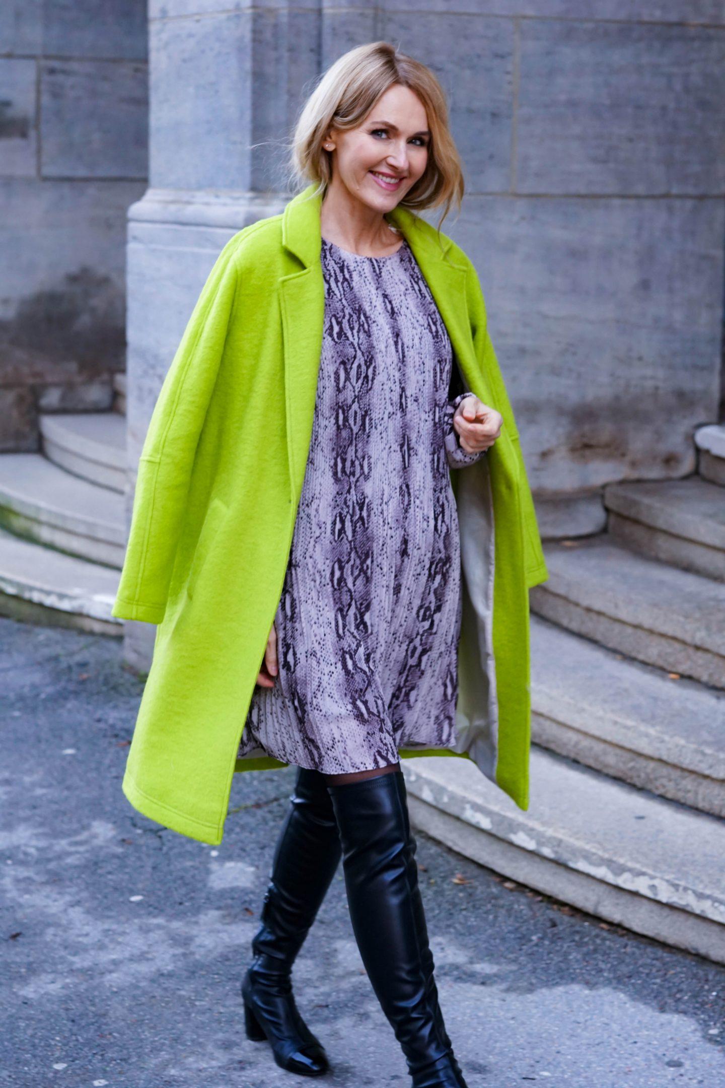 Nowshine in grünem Mantel und Kleid mit Schlangenmuster von WENZ-ü40-Modeblog